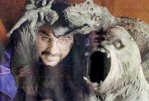 Peter Jackson haciendo el payaso con una figura de King Kong