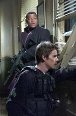 Precint 13: Fishburne y Hawke haciendo frente a la banda que les ataca