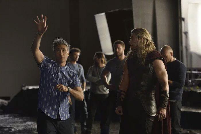 Taika Waititi alecciona a Chris Hemsworth en Thor: Ragnarok