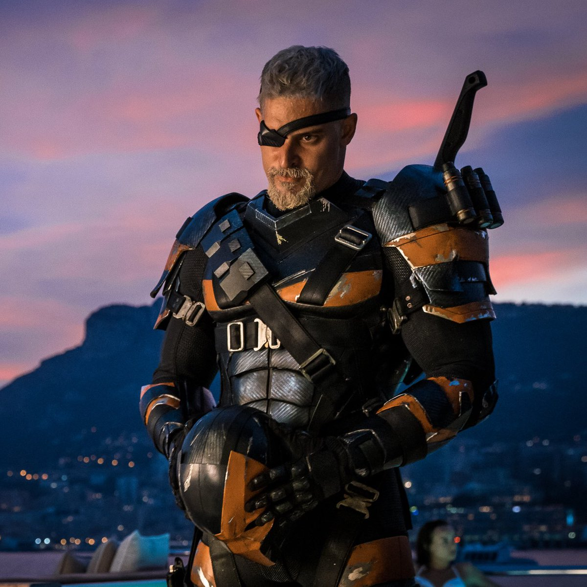 Saludad a Deathstroke, listo para zurrar a Batman