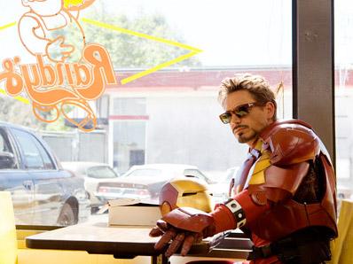 Tony Stark comiendo un donut