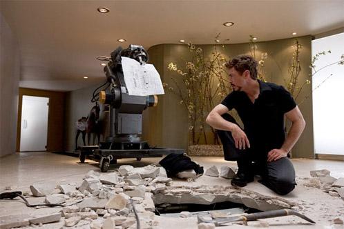 Tony Stark limpiando los destrozos de su último cachivache