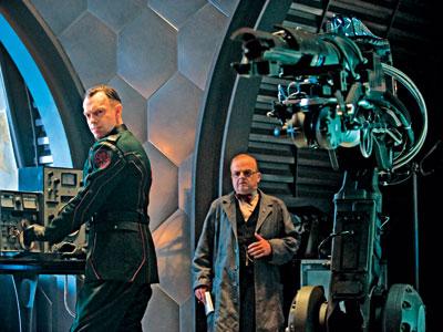 Hugo Weaving como Johann Schmidt / Cráneo Rojo y Toby Jones como Armin Zola