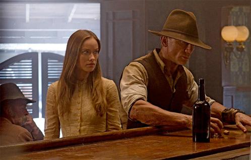 Un breve reencuentro entre Jake Lonergan (Daniel Craig) y Ella (Olivia Wilde)