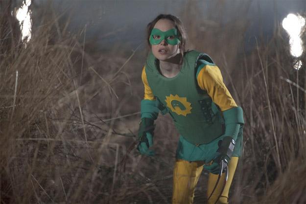 Boltie (Ellen Page), compañera de Crimson Bolt (Rainn Wilson), con sus garras modo Lobezno