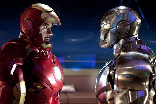 Tony Stark instruye a ¿Rhodey? en el manejo de las armaduras