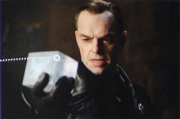 Gran vistazo a Johann Schmidt, (Hugo Weaving) el futuro Red Skull, con el Tesseract, el cubo cósmico