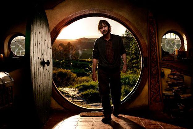 Peter Jackson dando la talla junto a la puerta de la casa de Bilbo Bolsón