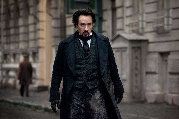 Nueva imagen de The Raven. John Cusack en modo Edgar Allan Poe