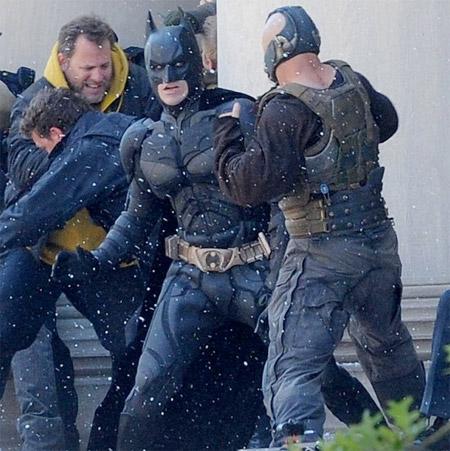 Batman prepara a Bane para calentarle la cara