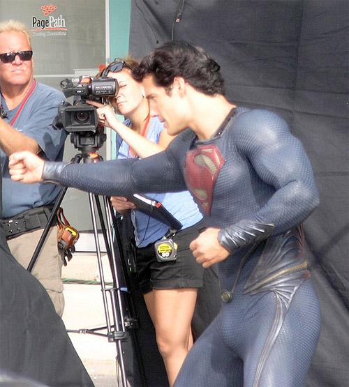 Henry Cavill en modo Superman sin Capa preparando una escena