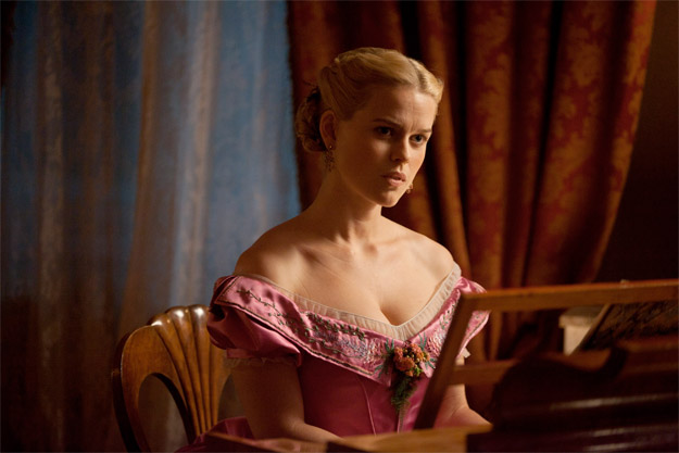 Alice Eve como Emily en The Raven