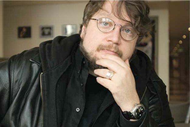 Guillermo del Toro piensa... piensa... piensa... y no deja de pensar (por lo tanto existe)