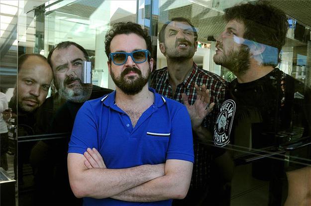 Nacho Vigalondo haciendo el canelo con el reparto masculino de Extraterrestre