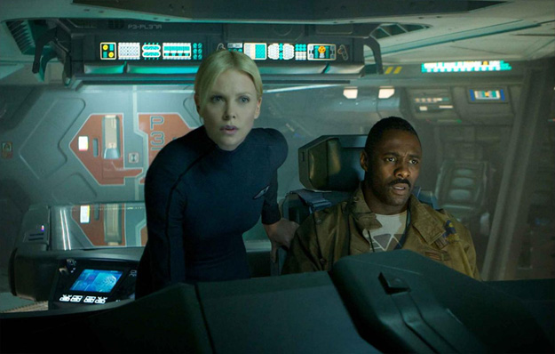Charlize Theron e Idris Elba en el puente de mando de la Prometheus