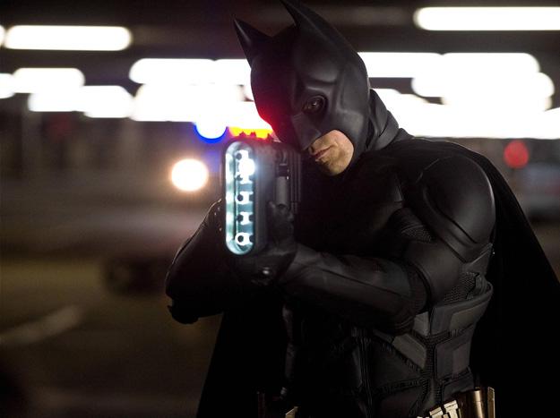 Batman con una extraña arma