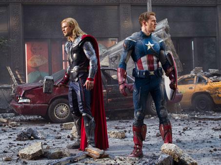 Thor y el Capitán América observan el caos en Los Vengadores