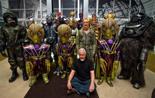 El genio de los FX Rick Baker rodeado por sus creaciones para Hombres de Negro 3