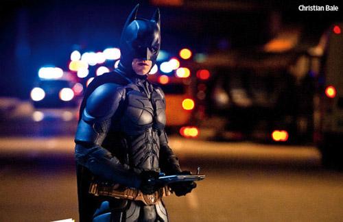 Batman con un chintófano entre las manos
