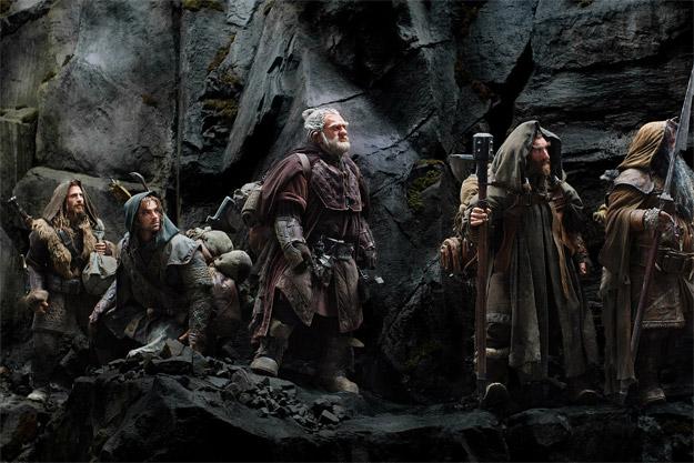Varios de los enanos de El Hobbit: Un Viaje Inesperado haciendo el camino