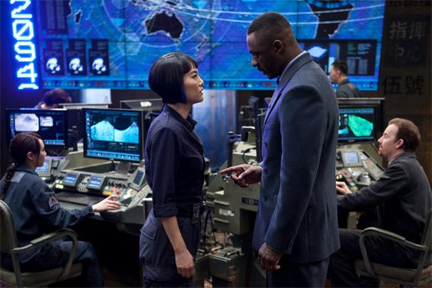 Rinko Kikuchi con Idris Elba hablan en la sala de control de Pacific Rim