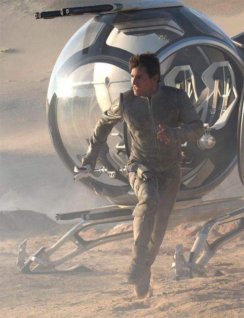 Tom Cruise dándose el piro a la carrera en una nueva imagen de Oblivion