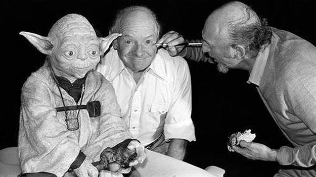 Stuart Freeborn recibe los últimos toques de maquillaje junto a Yoda