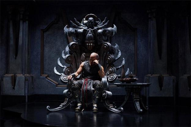 Aquí tenemos una nueva imagen de Riddick en su trono... a lo Conan