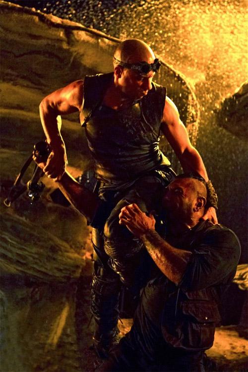 Y otra imagen más de Riddick, esta vez acompañado por una futura víctima a la que le hace falta un nuevo afeitado