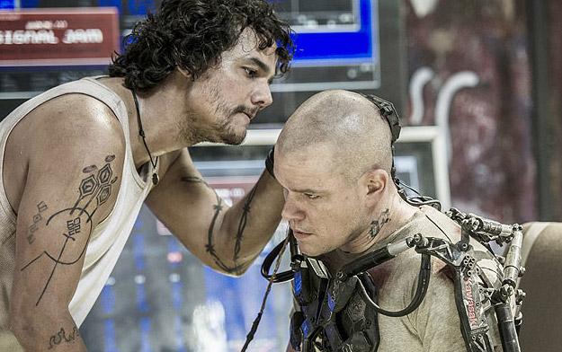 Una nueva imagen de Elysium... Wagner Moura revisando a Matt Damon