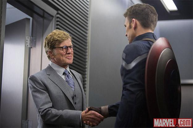 Alexander Pierce (Robert Redford) charlando con Steve Rogers (Chris Evans)