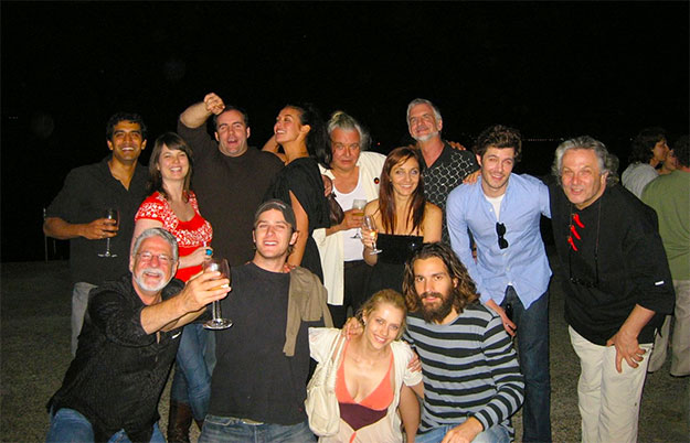 Justice League: Mortal. Abajo: Armie Hammer (Batman) con gorra, Teresa Palmer (Talia al Ghul) y Santiago Cabrera (Aquaman). Arriba: Megan Gale (Wonder Woman) la del traje negro que tapa a Hugh Keays-Byrne (Martian Manhunter). Adam Brody (The Flash) y George Miller en el lateral derecho.