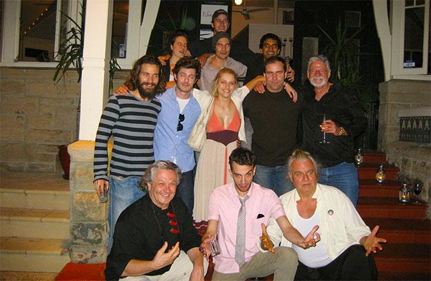 Justice League: Mortal. Abajo: George Miller, Jay Baruchel (Maxwell Lord), Hugh Keays-Byrne (Martian Manhunter). En medio: Santiago Cabrera (Aquaman), Adam Brody (The Flash), Teresa Palmer (Talia al Ghul). Arriba: Armie Hammer (Batman) con gorra y D.J. Cotrona (Superman) delante de Hammer