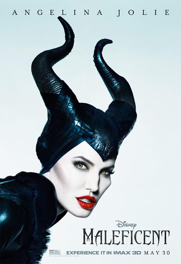 Angelina Jolie tan blanca como el fondo y tan delgada como un palo