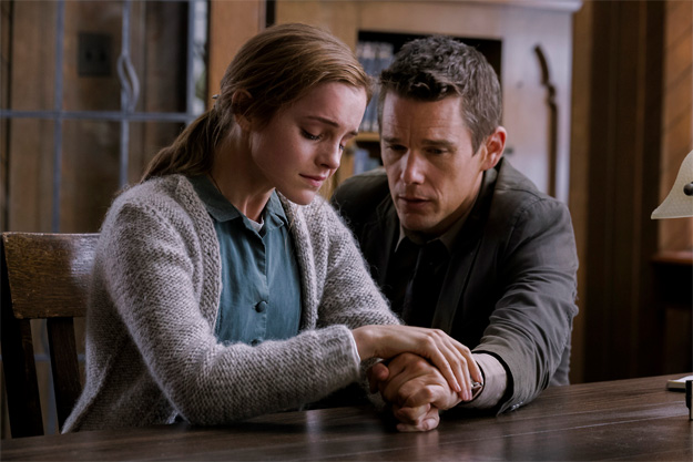 Ethan Hawke y Emma Watson en la primera imagen de Regresión