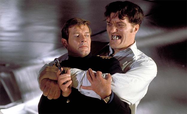 Tiburón (Richard Kiel) siempre tratando de dar sopas con onda a James Bond (Roger Moore)