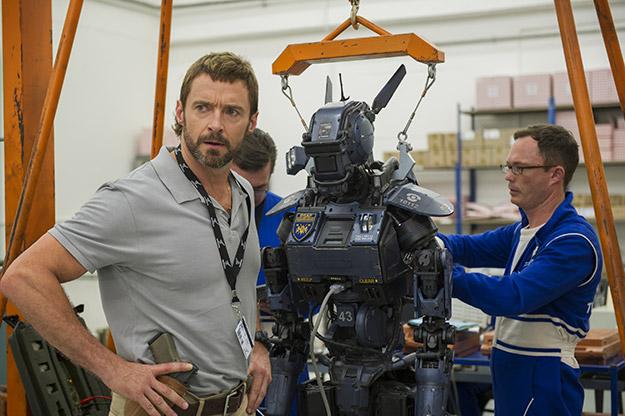 Hugh Jackman, un tipo con una pistola y con operarios a su cargo