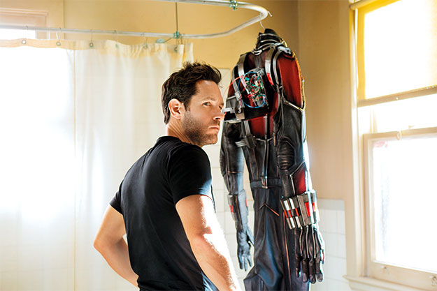 Paul Rudd con el traje de Ant-Man... tendido en la ducha
