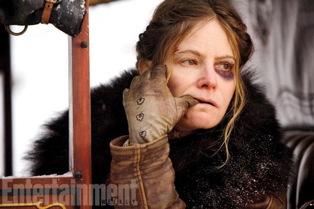 Daisy Domergue (Jennifer Jason Leigh) con ganas de morderse las uñas