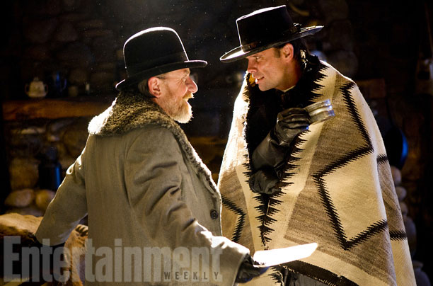 Oswaldo Mobray (Tim Roth) discute amigablemente con Chris Mannix (Walton Googins)