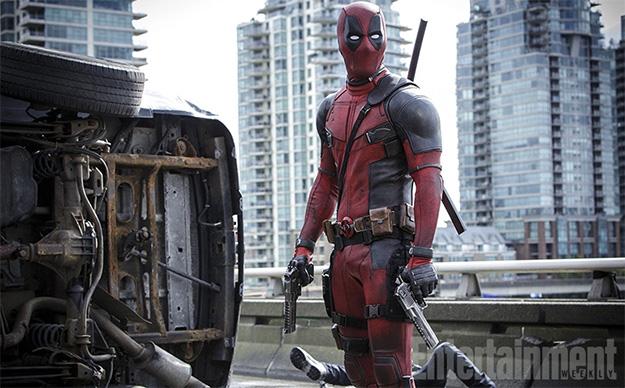 Saludemos a Deadpool (Ryan Reynolds) y un cadáver al fondo