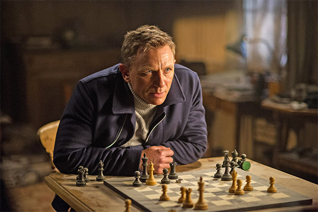 James Bond (Daniel Craig) jugando, con ventaja, al ajedrez en SPECTRE