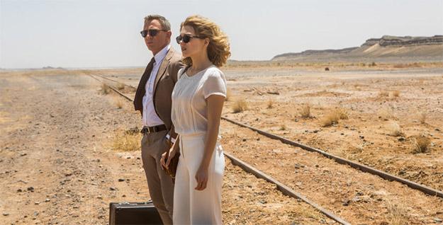 Bond de traje y corbata hasta en el puñetero desierto... quiere ser como él