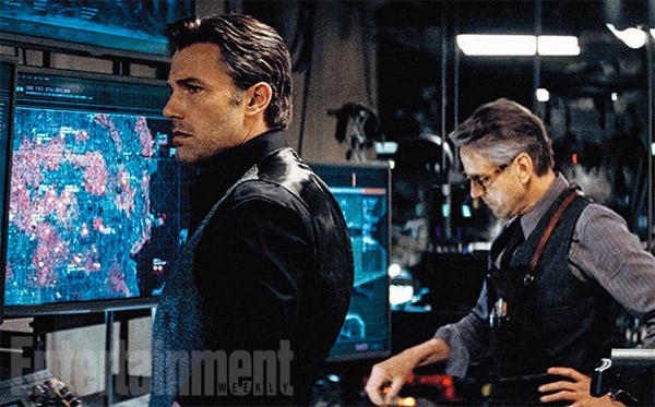 Bruce Wayne y Alfred haciendo cosas técnicas muy complejas