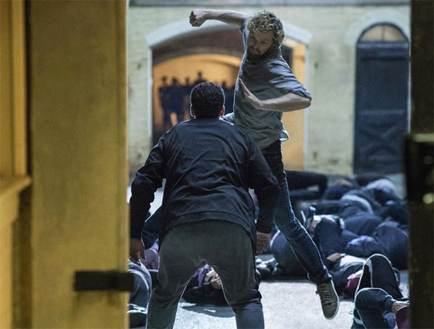 Daniel Rand (Finn Jones) preparándose para dar un golpe de gracia