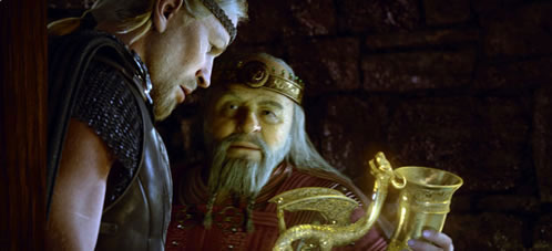 Beowufl. El rey Hrothgar muestra a Beowulf uno de sus tesoros