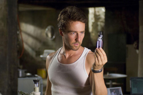 El doctor Bruce Banner observando cierto líquido púrpura