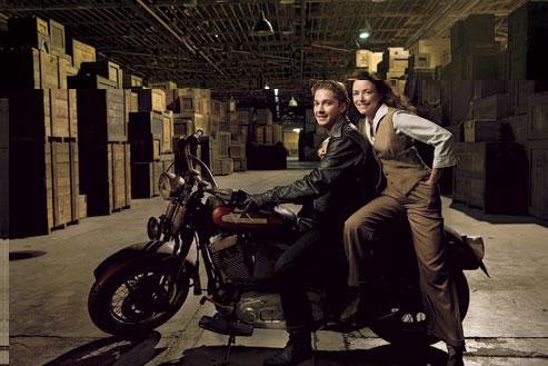 Shia LaBeouf y Karen Allen en cierto almacén donde...