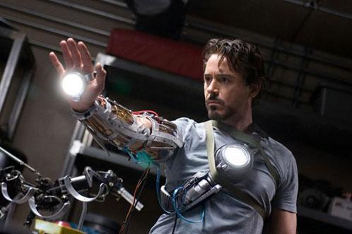 Tony Stark disfrutando de su nuevo juguetito