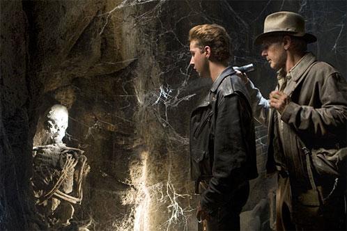 Indiana Jones y Mutt Williams descubriendo cosas
